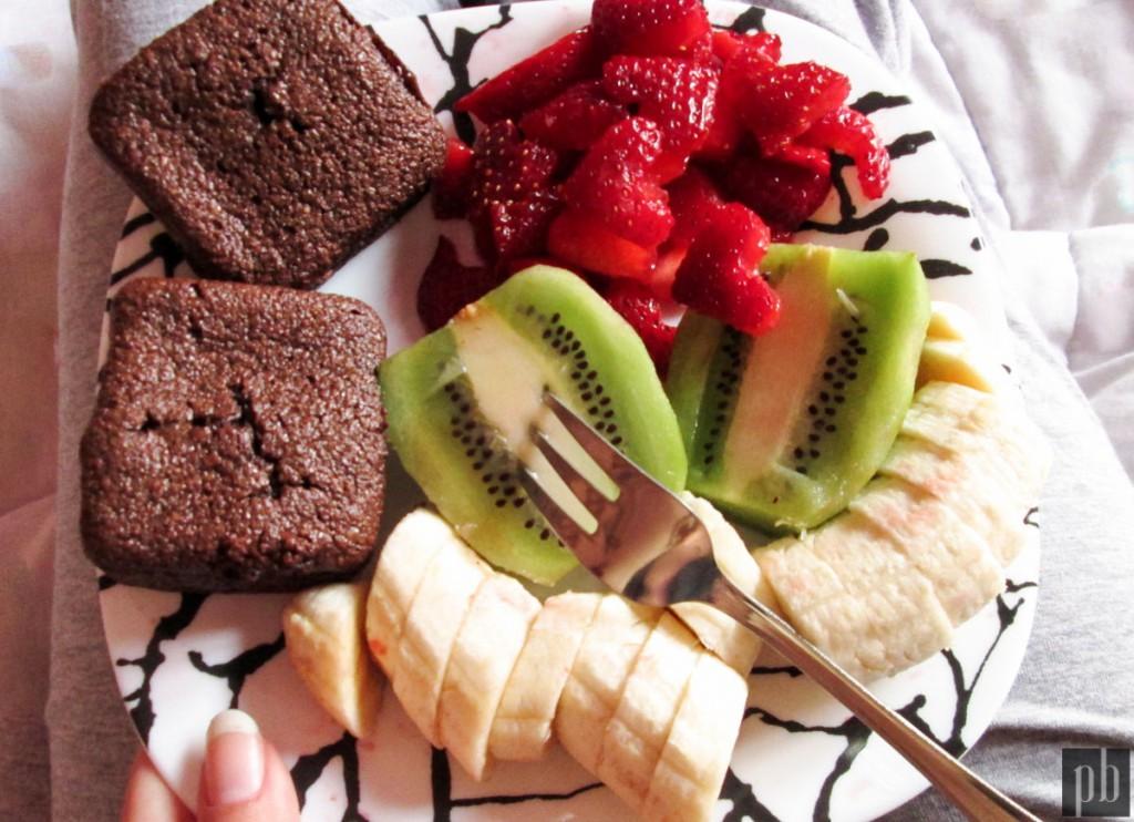 Petit déjeuner Back To School. Fruits frais, moelleux au son de blé