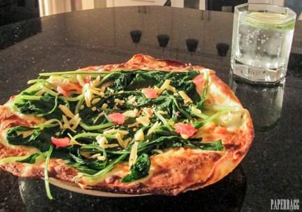 Pizza aux épinards sur pain Naan cover 2