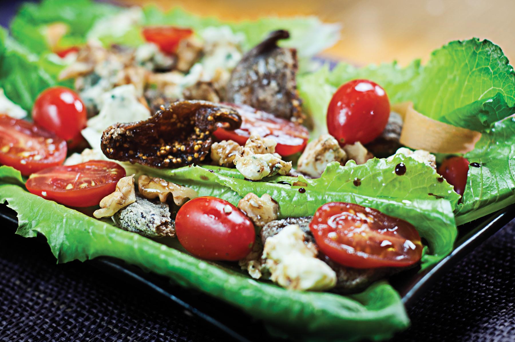 Salade aux figues sèches, noix et fromage bleu