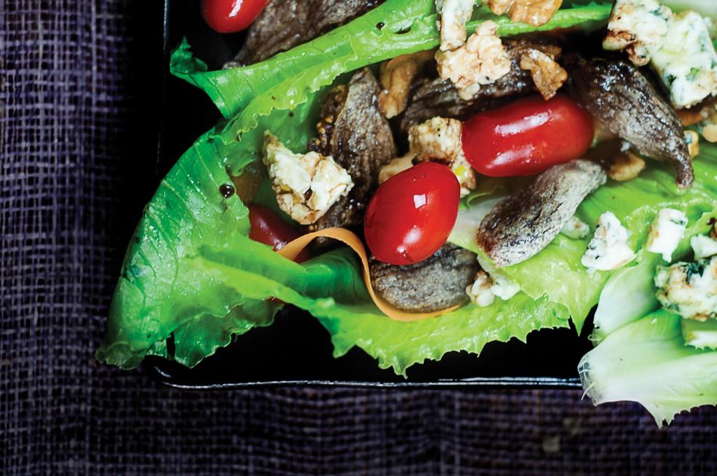 Salade aux figues, noix et fromage bleu