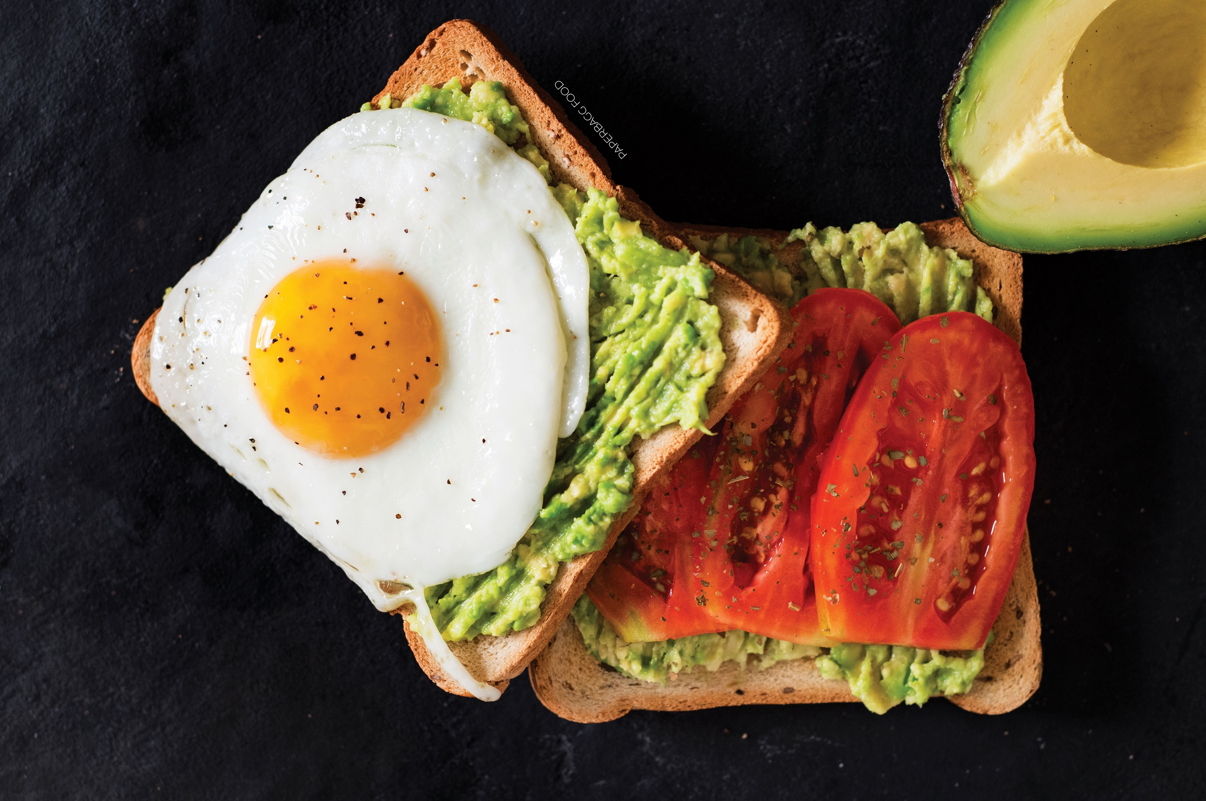 Toast avocat, tomate et œuf